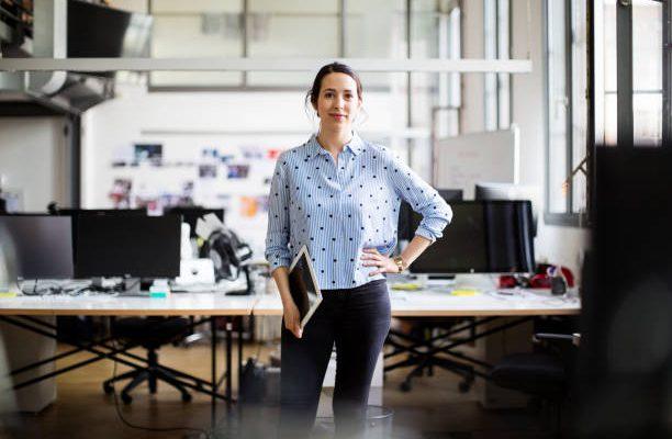Jeune femme dans un local de bureaux