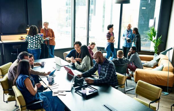 Espace de coworking avec plusieurs salariés qui discutent