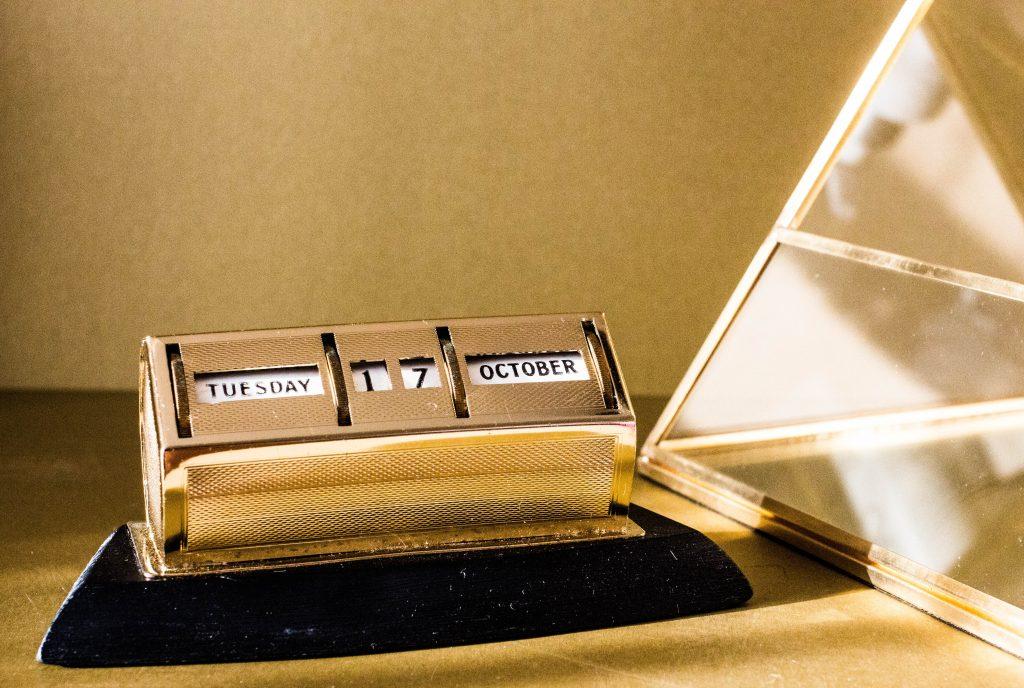 """Gros plan sur le boitier d'un tampon en or qui affiche la date """"mardi 17 octobre"""""""