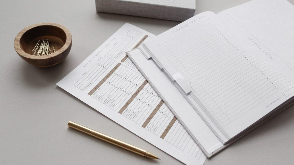 Calendrier et agenda sur un bureau avec un stylo et un bol à trombones