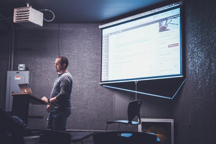 Formateur qui réalise une formation professionnel grâce à des outils numériques de digital learning