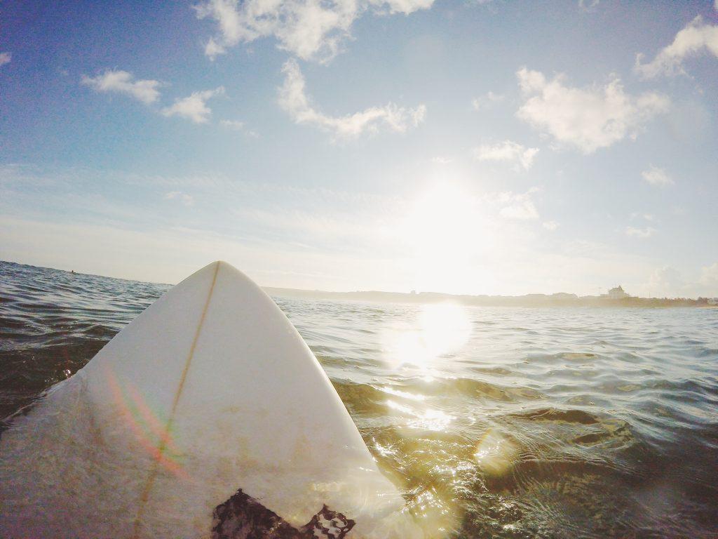 Vue depuis une planche de surf au milieu de l'océan