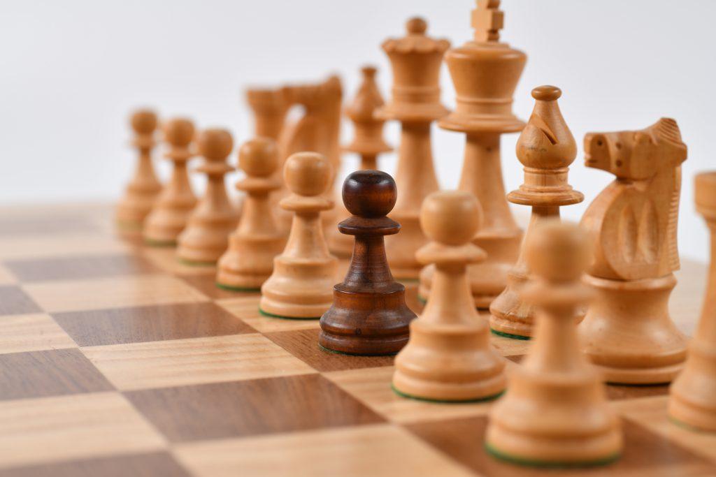 Un jeu d'echec avec un pion de couleur différente