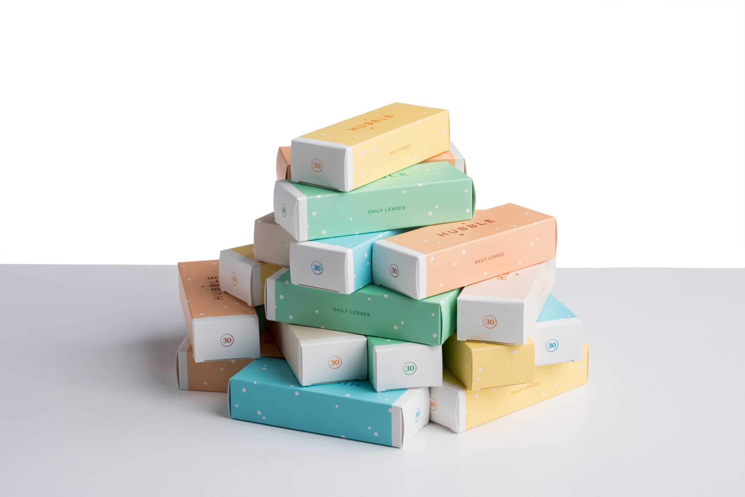 Des boites en carton colorées