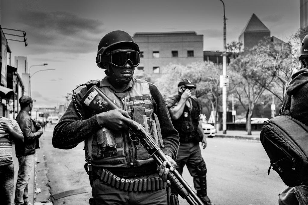 Un soldat avec un fucil à pompe à la main