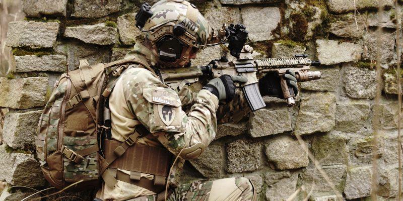 Un soldart équipé avec une arme