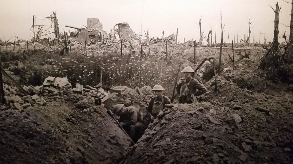 Des soldats dans une tranchée pendant la première guerre mondiale