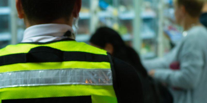 Un agent de securité dans un supermarché