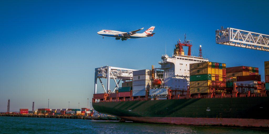 bateau avec conteneurs et avion qui survole