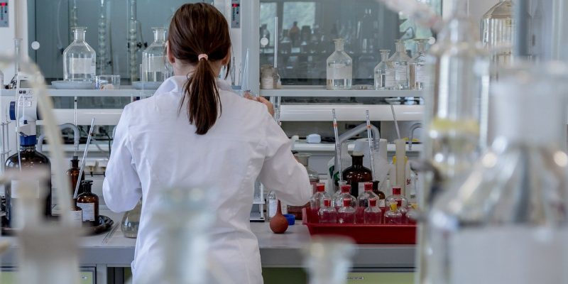 femme en blouse blanche travaillant dans un laboratoire