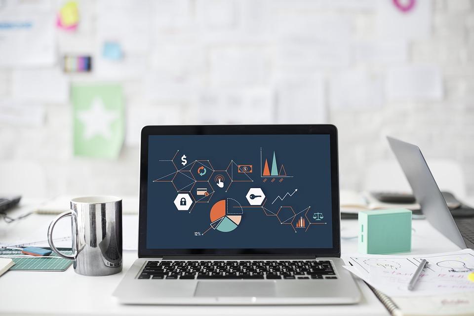 ordinateur portable posé sur un bureau avec graphiques à l'écran