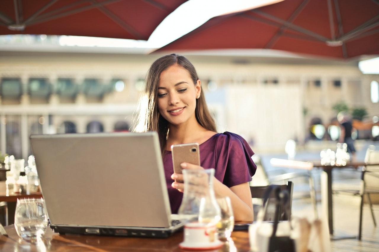 Femme devant son ordinateur et smartphone