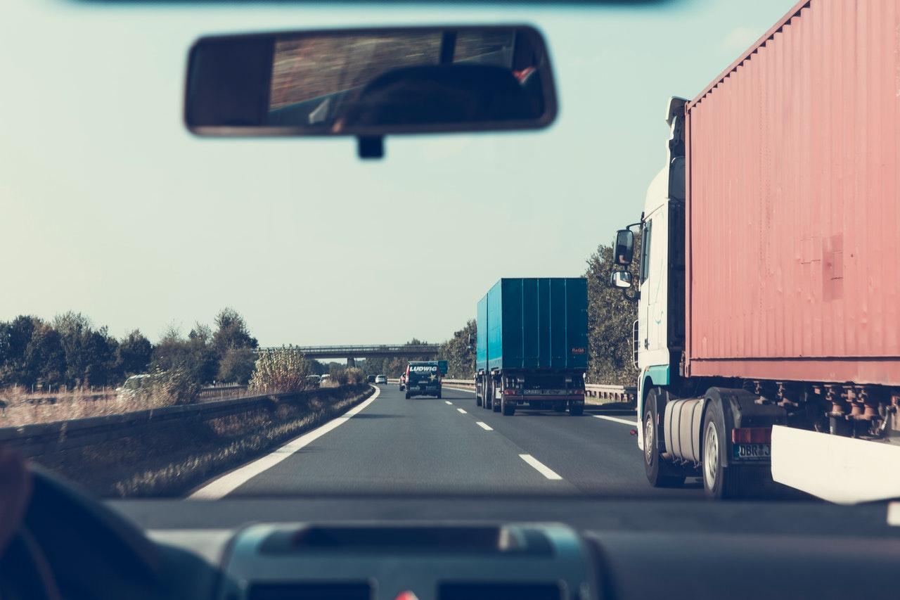 deux camions de marchandises sur une route à deux voies