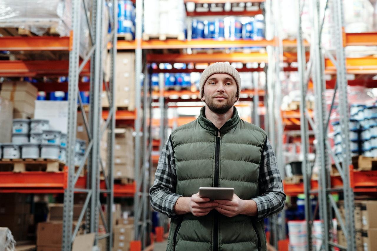 travailleur dans un entrepôt de logistique