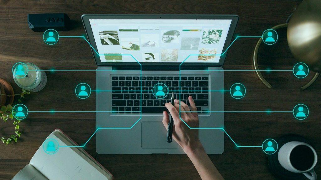 ordinateur avec quelques trait virtuel bleu